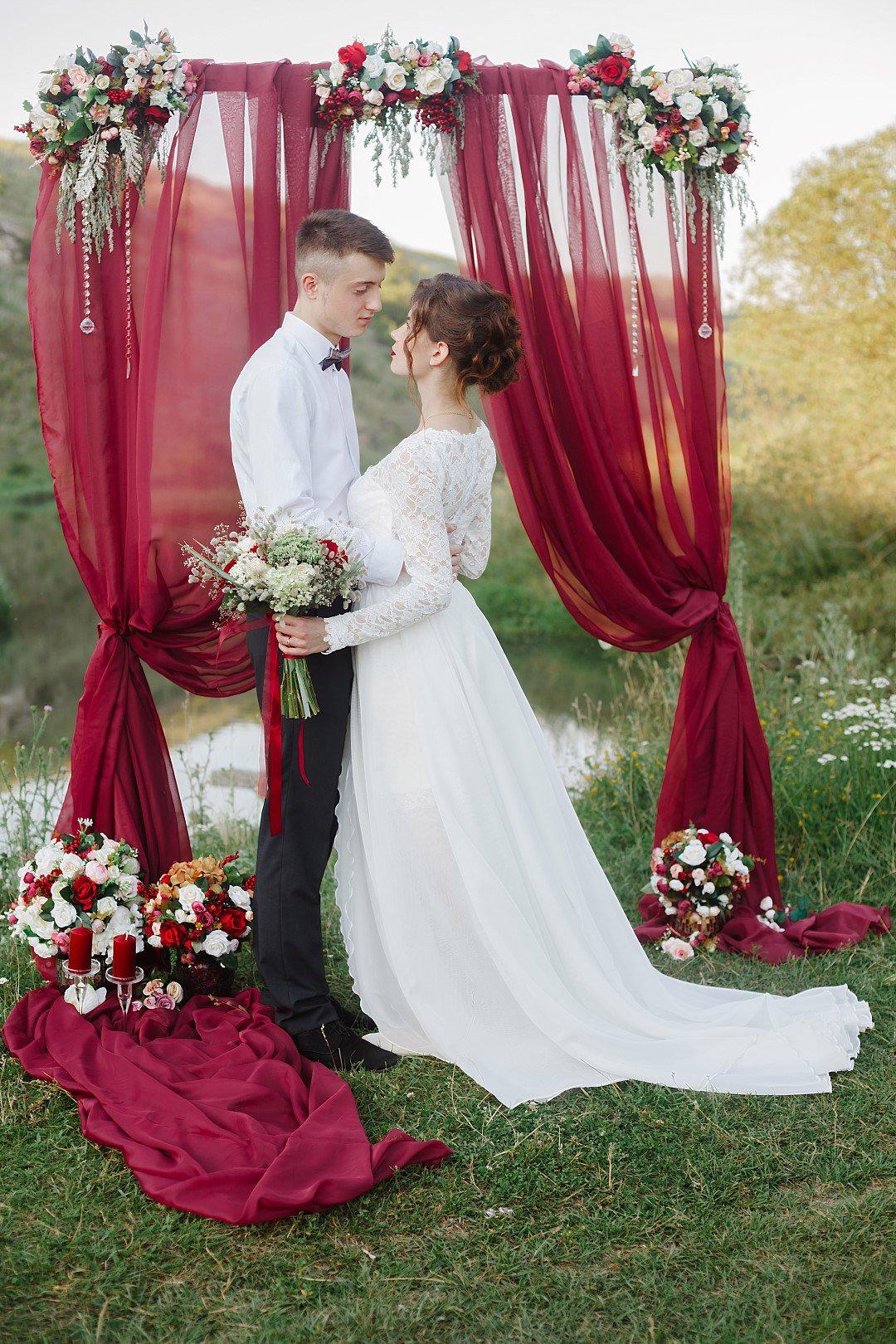 оформление свадьбы в цвете марсала: арка