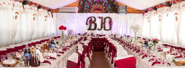 свадьба в цвете марсала оформление зала: столы окна потолок