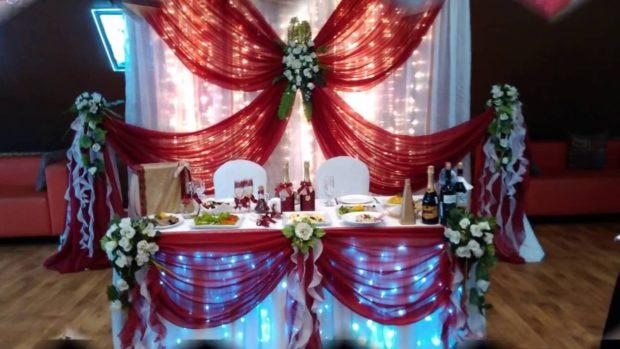 свадьба в цвете марсала оформление зала: стол жениха и невесты