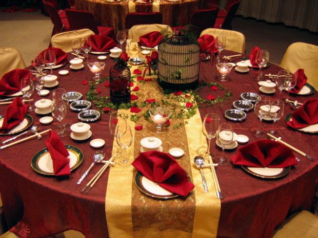 свадьба в цвете марсала и золото: стол
