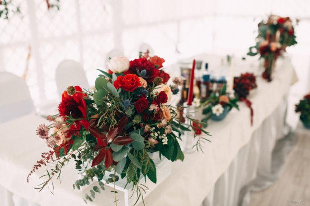 украшение свадьбы цвета марсала: на стол