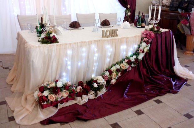 свадьба в цвете марсала: украшение на стол