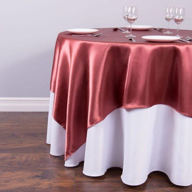 свадьба цвета марсала украшение зала: скатерть с белым