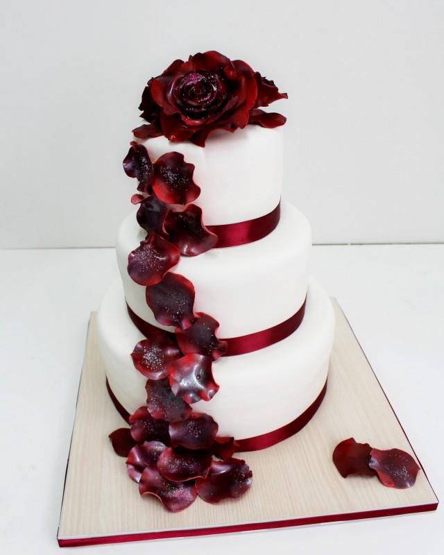 торт на свадьбу цвет марсала: белый украшен розами