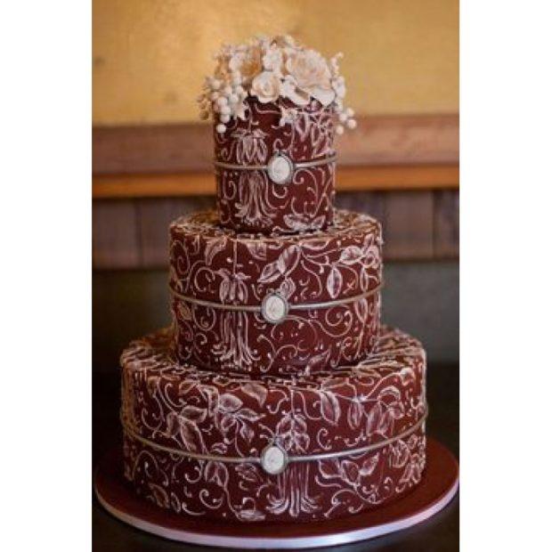 торт на свадьбу цвет марсала: с белыми узорами
