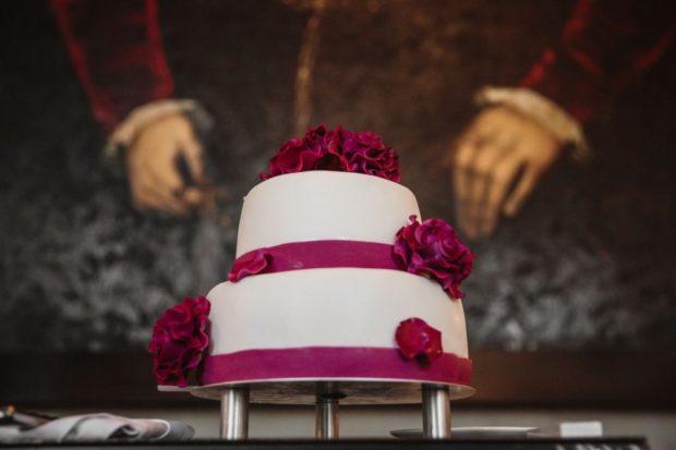 торт на свадьбу цвет марсала: белый с лентами