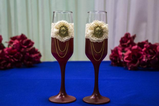 бокалы на свадьбу цвет марсала: с декором