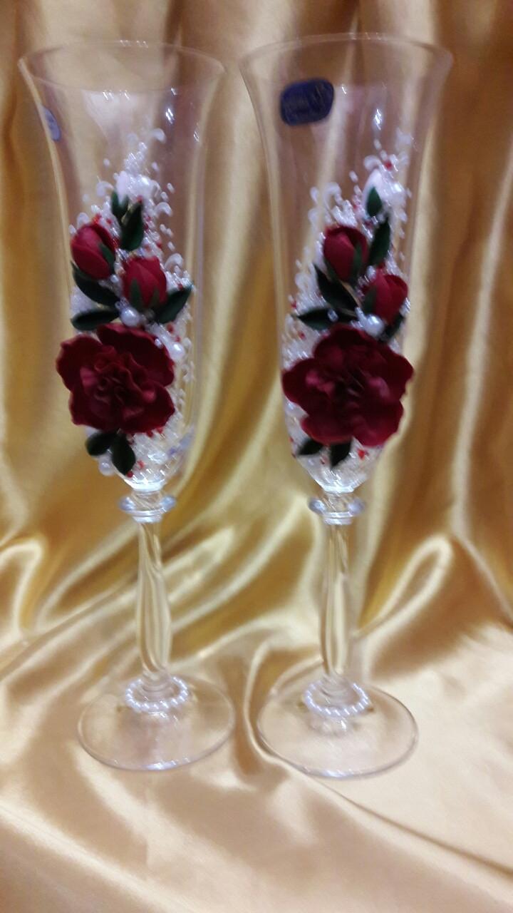 бокалы на свадьбу цвет марсала: украшен розами