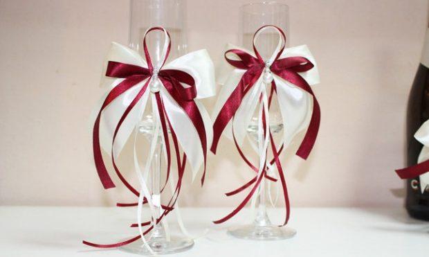 бокалы на свадьбу цвет марсала: с бантами белыми