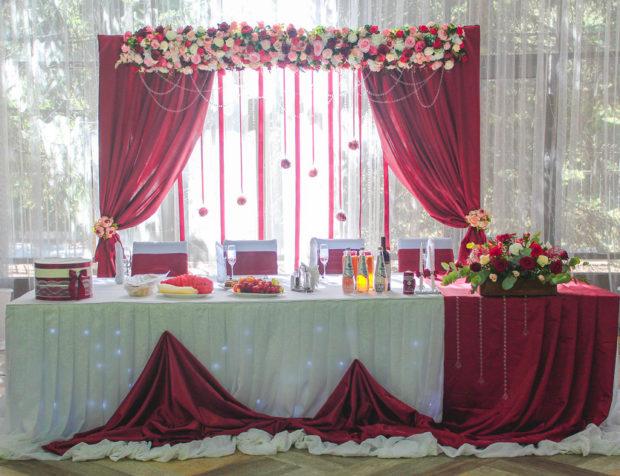 свадьба в цвете марсала: декор для кафе