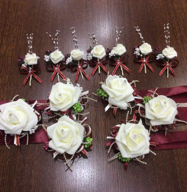 свадьба в цвете марсала образ невесты: украшения с белой розой