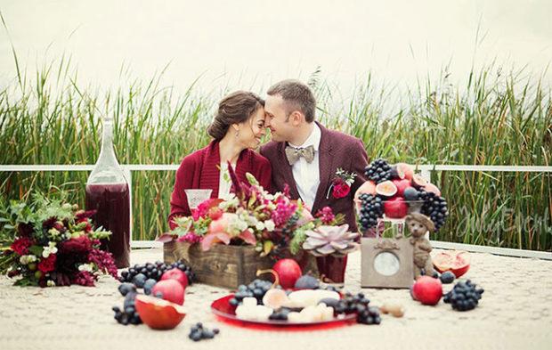 свадьба в цвете марсала летом: украшения