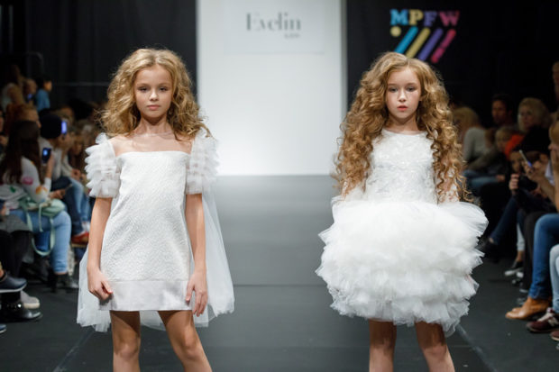 детская мода 2018: белое платье с рукавами воланами белое платье с юбкой пачкой