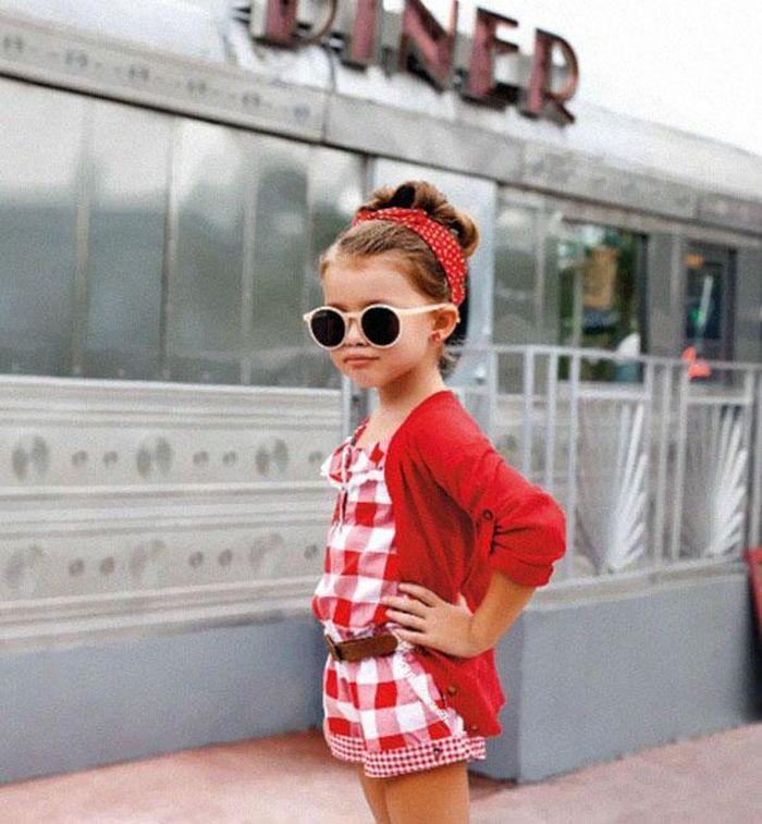 детская мода 2018 для девочек: красный комбинезон в клетку под кофту красную