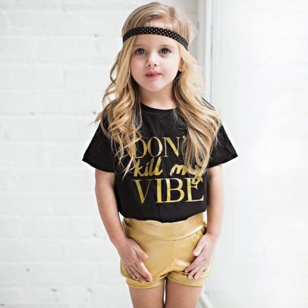 детская мода 2018 для девочек: желтые шорты под черную футболку с надписями