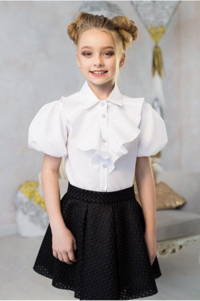 детская мода 2019-2020 для девочек: белая блузка с жабо и рукавом фонариком