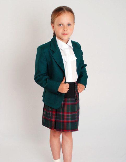 детская мода 2019-2020 для девочек: зеленый пиджак юбка красная с зеленым в клетку