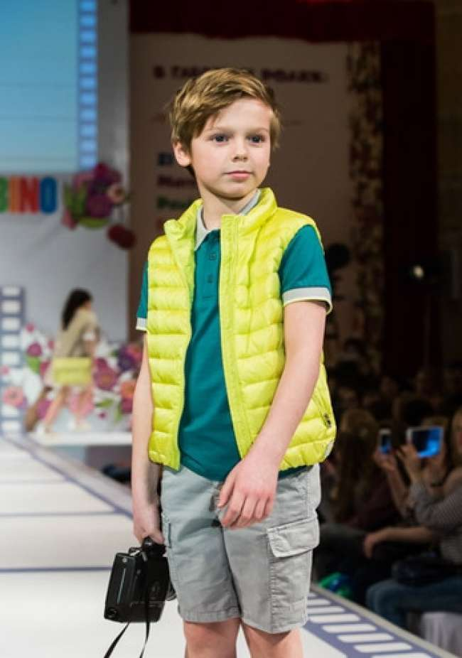 детская мода 2018: серые шорты стеганая салатовая жилетка футболка зеленая