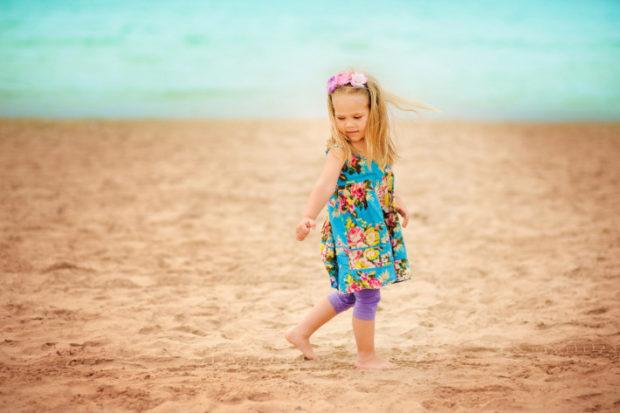 детская мода 2018: голубая туника в цветы под фиолетовые бриджи