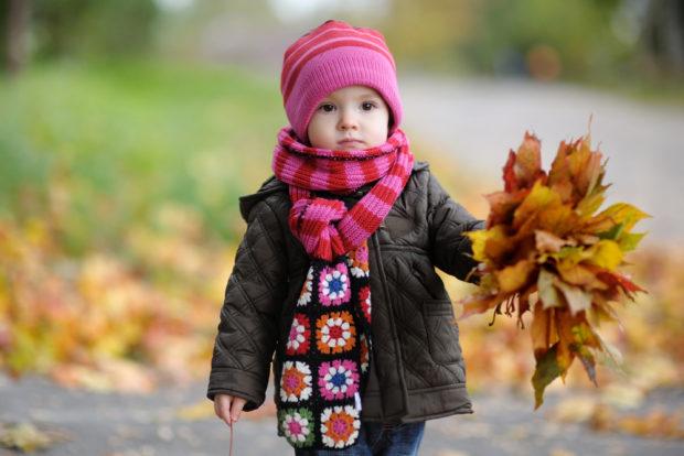 детская мода 2018: осенняя куртка темно-серая под розовую шапочку и шарф