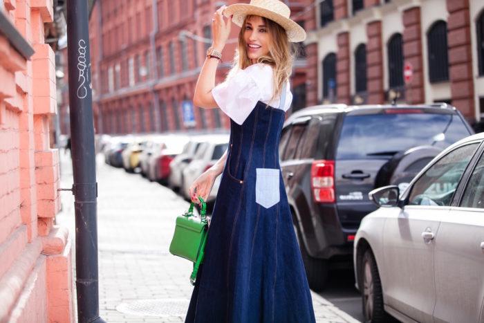 мода 2019-2020 года фото в женской одежде: джинсовое платье с белыми рукавами