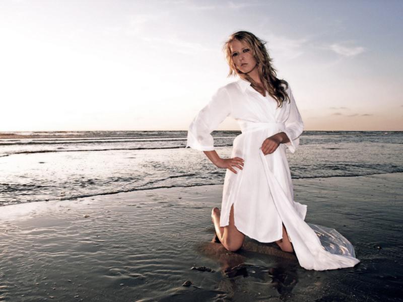 мода 2019-2020 года фото в женской одежде: платье-рубашка белая