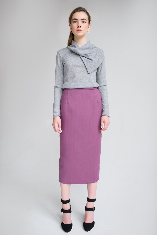 мода 2019-2020 года фото в женской одежде: лиловая юбка-мили серая блузка