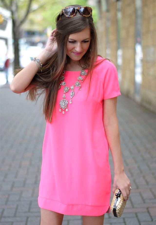 мода 2019-2020 года фото в женской одежде: розовое платье с коротким рукавом