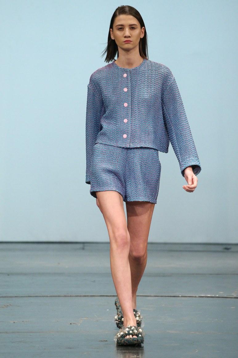 мода 2019-2020 года фото в женской одежде: костюм шорты и жакет синего цвета