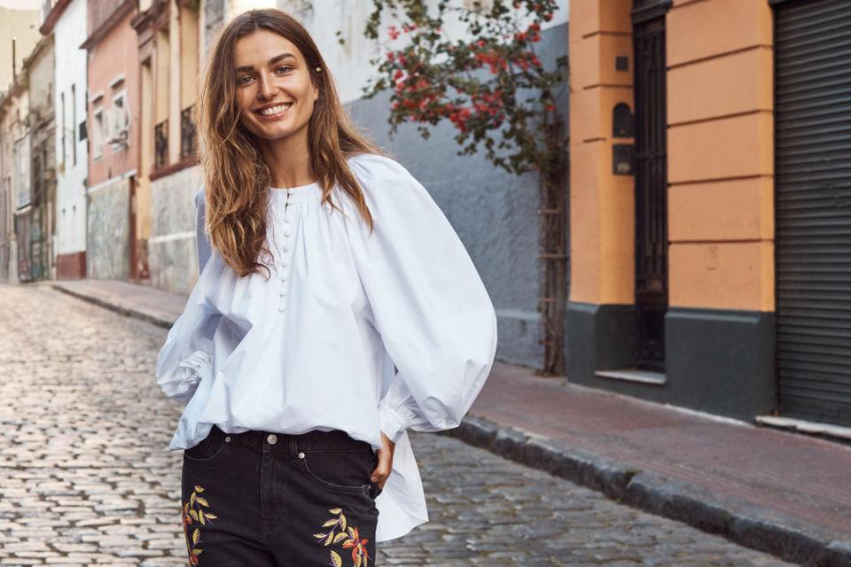 мода 2019-2020 года фото в женской одежде: блузка с широкими рукавами под джинсы