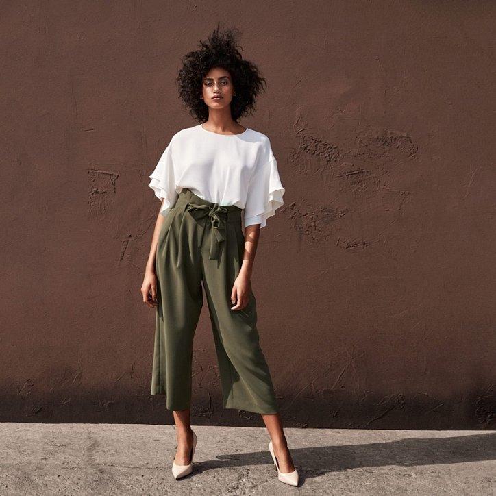 мода 2019-2020 года фото в женской одежде: кюлоты зеленые под белую блузку