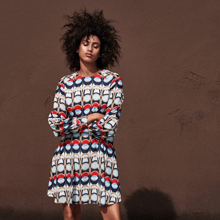 мода 2019-2020 года фото в женской одежде: платье яркое шелковое