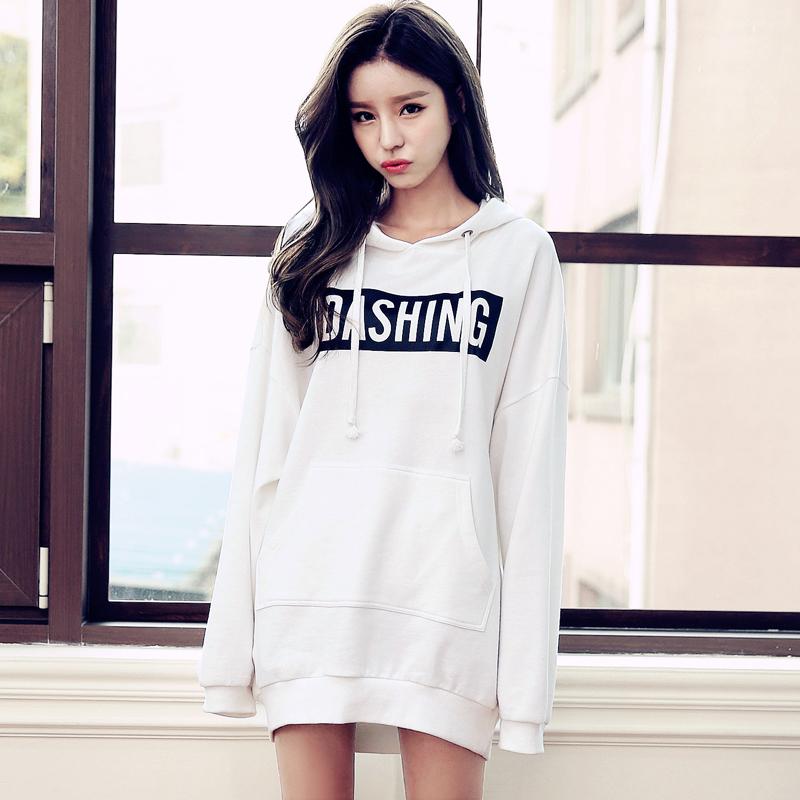 мода 2019-2020 года фото в женской одежде: свитшот белый с надписью