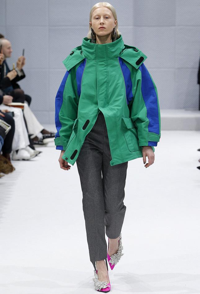 мода 2019-2020 года фото в женской одежде: зеленая куртка с синим спортивная