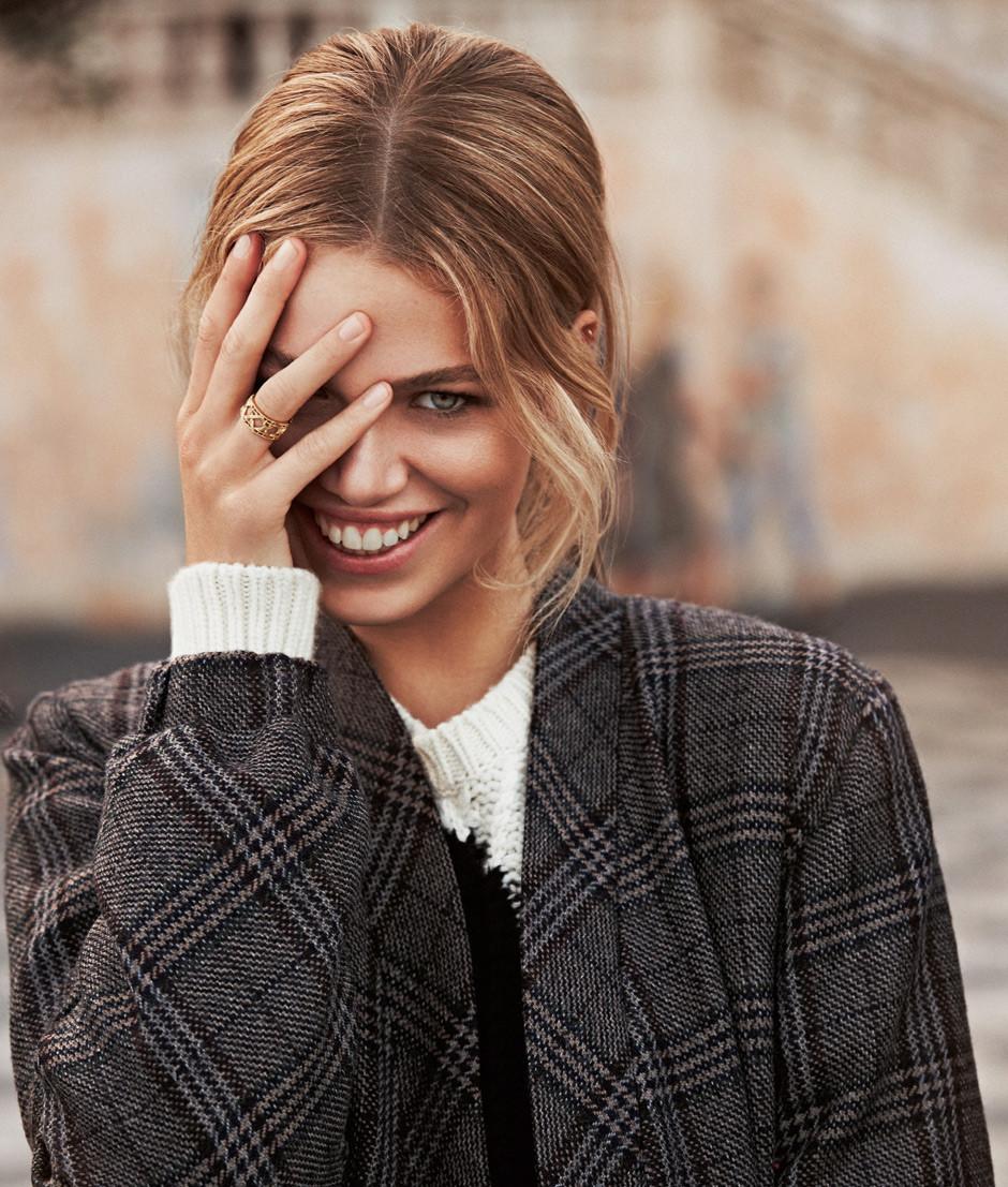 мода 2019-2020 года фото в женской одежде: пальто серое в клетку