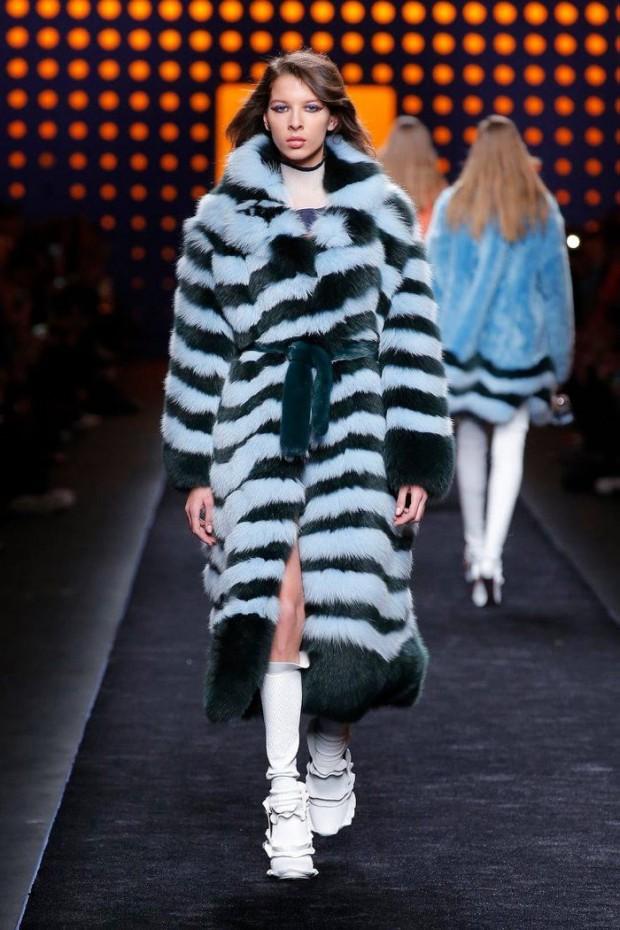 мода 2019-2020 года фото в женской одежде: шуба длинная в полоску голубая с черным