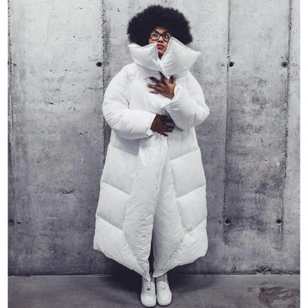 мода 2019-2020 года фото в женской одежде: белая куртка оверсайз