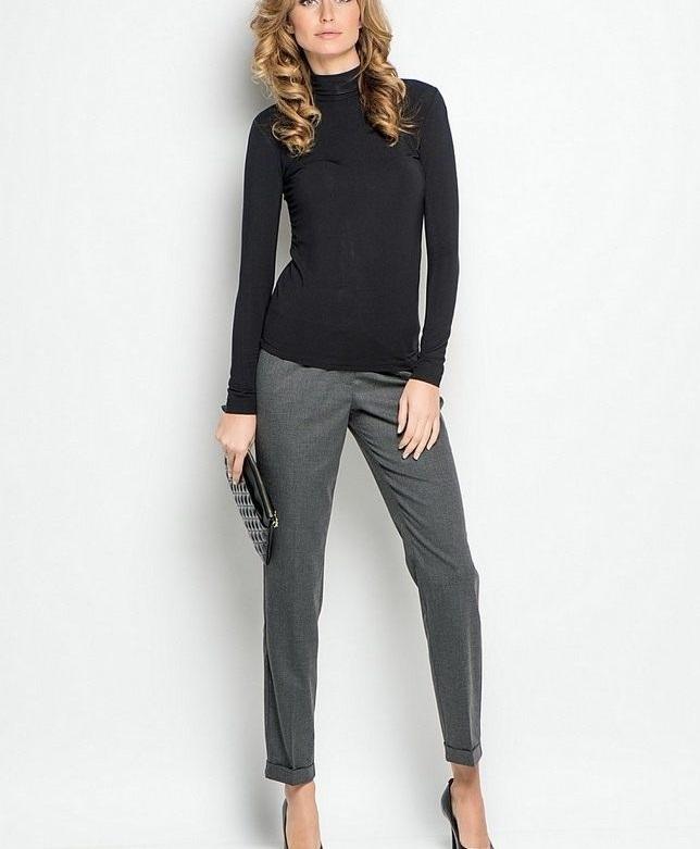 мода 2019-2020 года фото в женской одежде: серые короткие брюки под черный гольф