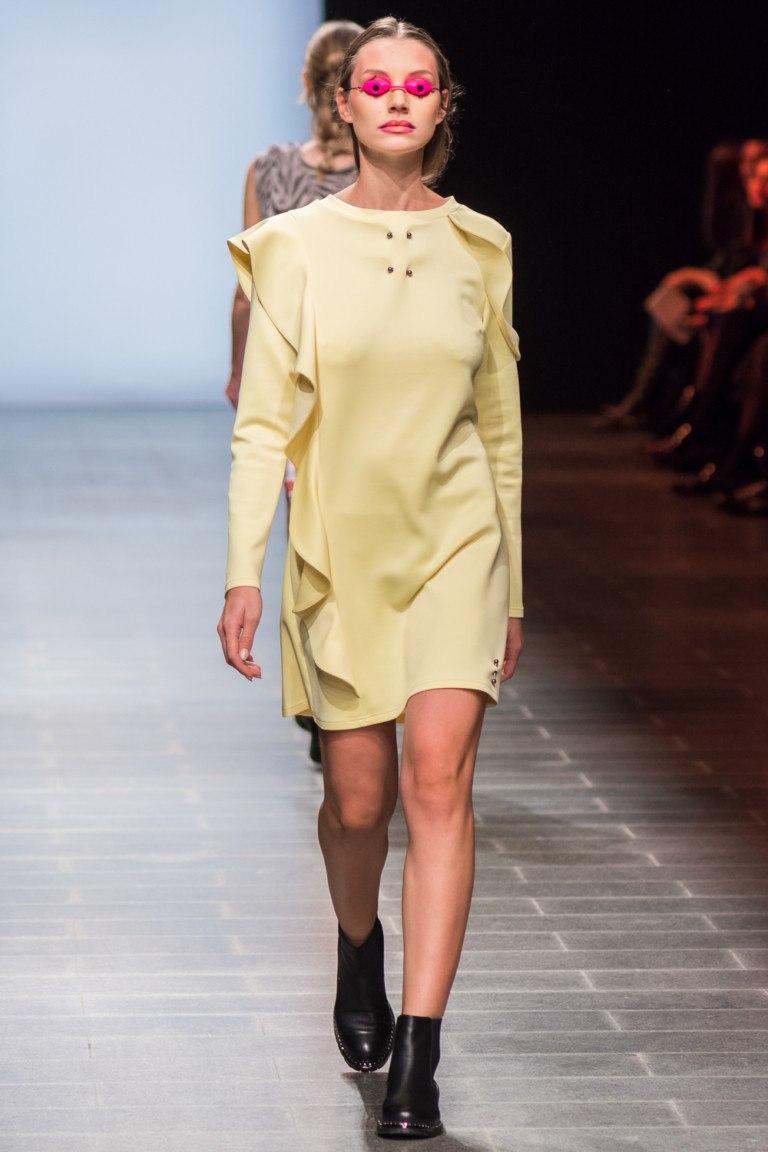 мода 2019-2020 года фото в женской одежде: платье желтое с воланами рукав длинный
