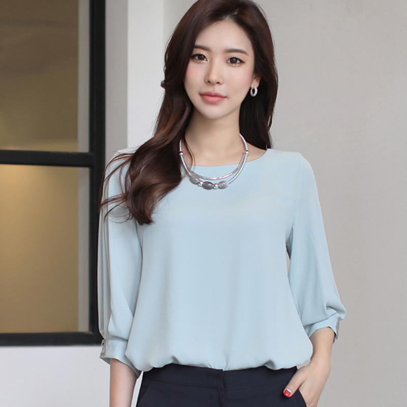 мода 2019-2020 года фото в женской одежде: блузка голубая рукав 3/4