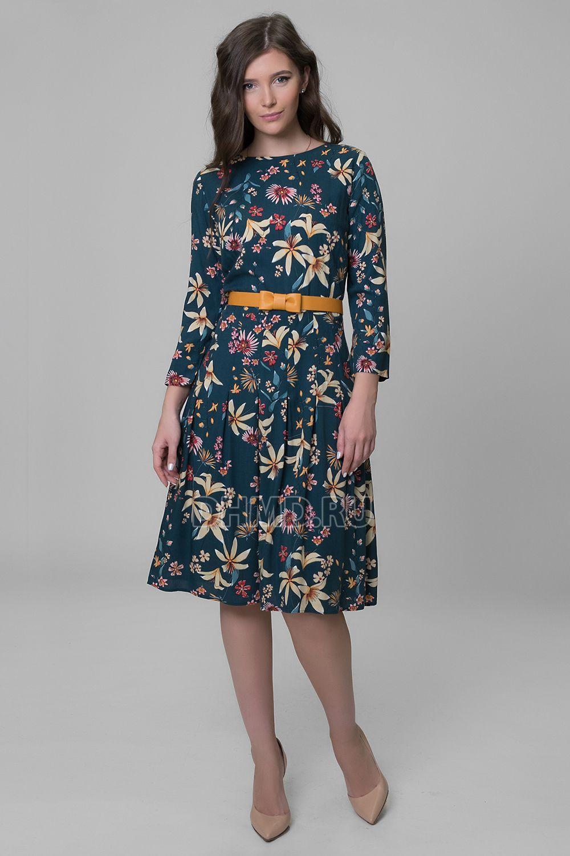 мода 2019-2020 года фото в женской одежде: платье синее в складку в цветы