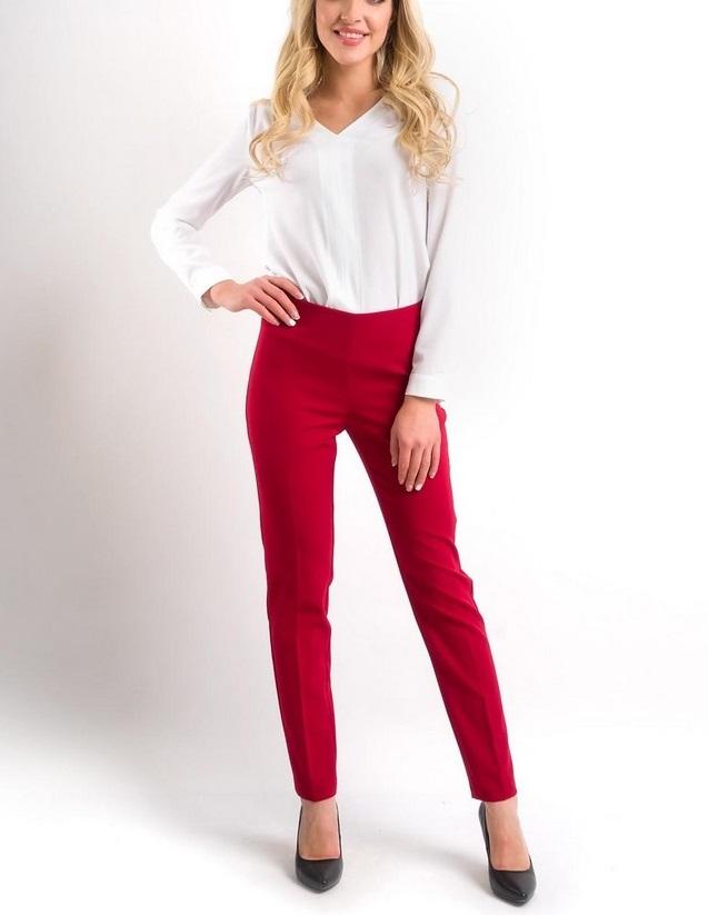 мода 2019-2020 года фото в женской одежде: красные брюки под блузку белую