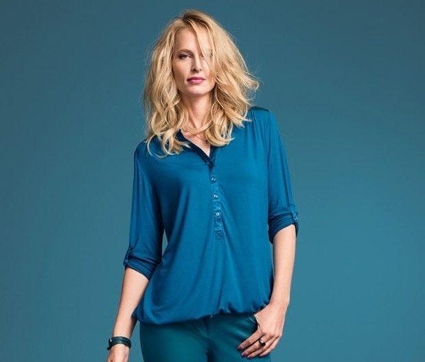мода 2019-2020 года фото в женской одежде: блузка синяя рукав 3/4