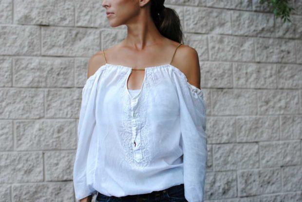 мода 2019-2020 года фото в женской одежде: блузка белая плечи открыты
