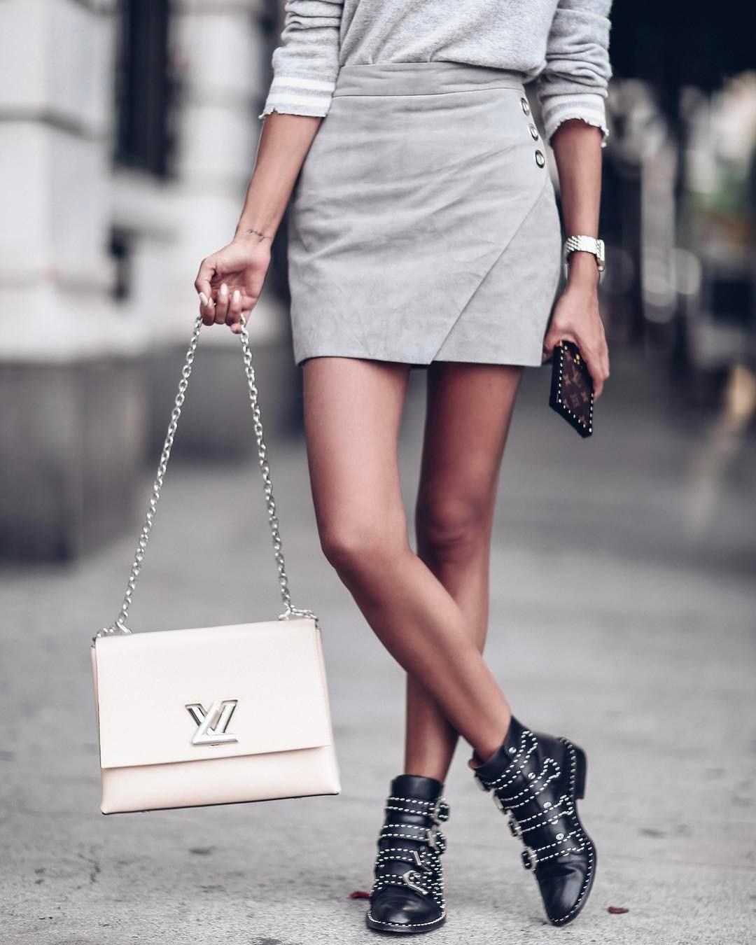 мода 2019-2020 года фото в женской одежде: серая юбка короткая с запахом