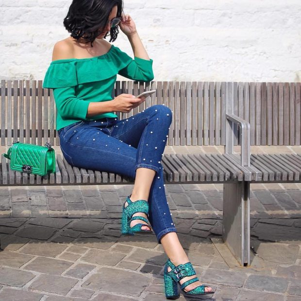 мода 2019-2020 года фото в женской одежде: джинсы синие короткие с бусинками