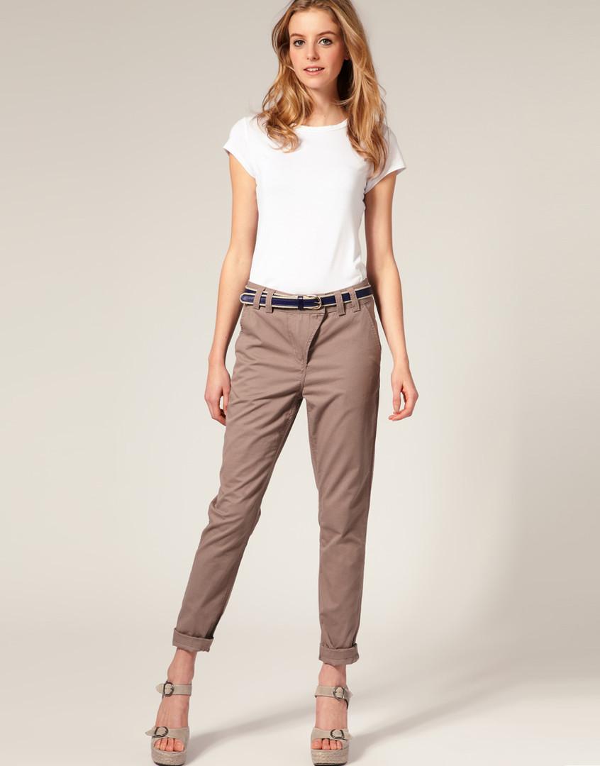 мода 2019-2020 года фото в женской одежде: брюки коричневые короткие