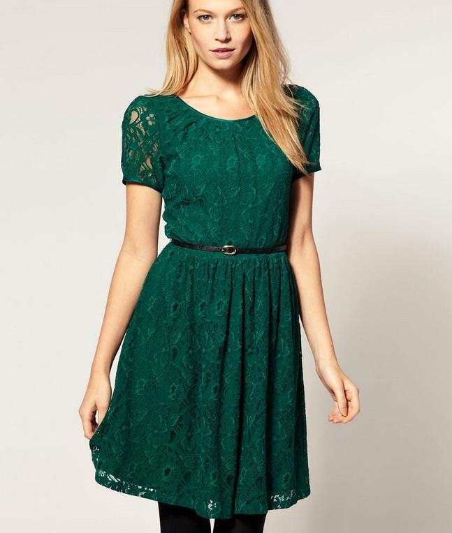 мода 2019-2020 года фото в женской одежде: зеленое кружевное платье с коротким рукавом