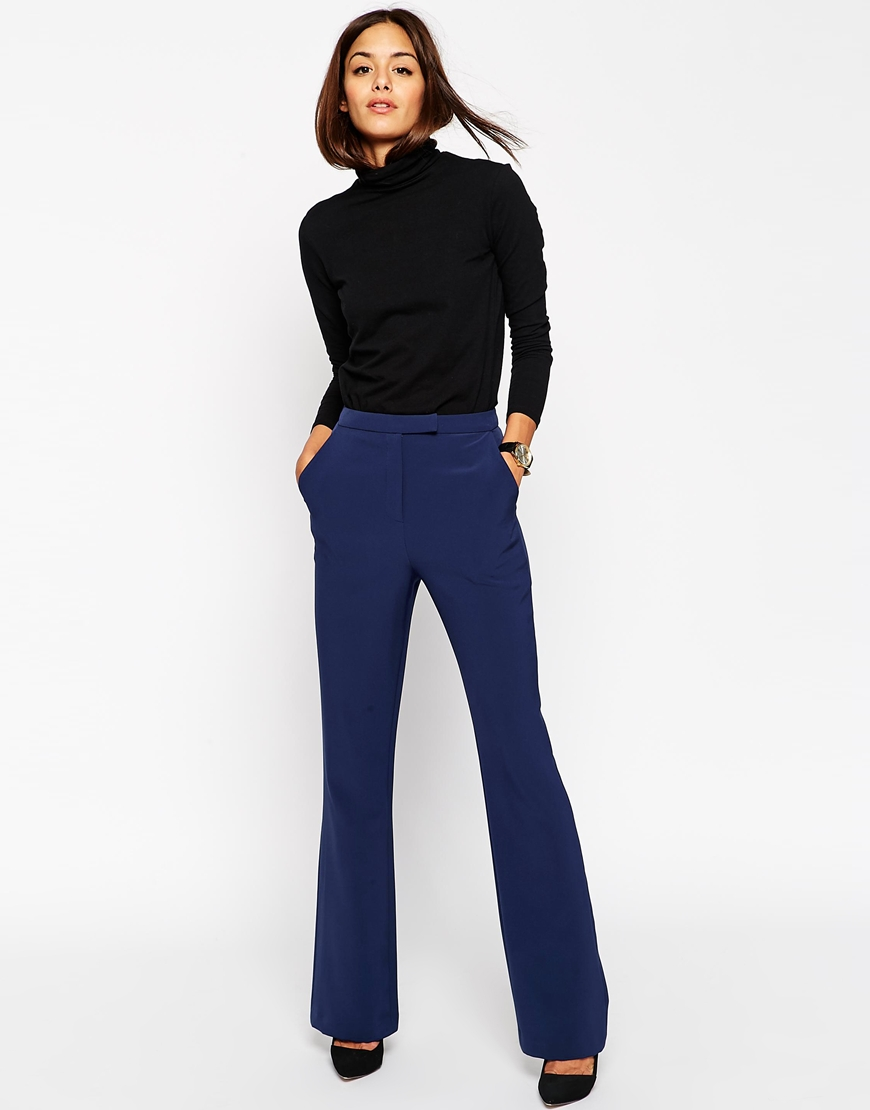 мода 2019-2020 года фото в женской одежде: брюки синие клеш