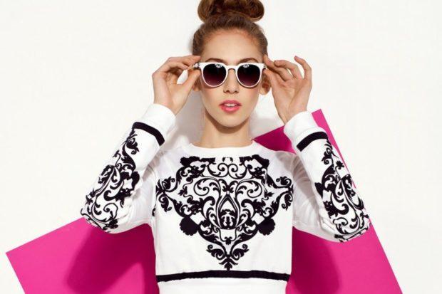 мода 2019-2020 года фото в женской одежде: свитшот белый с черными вензилями
